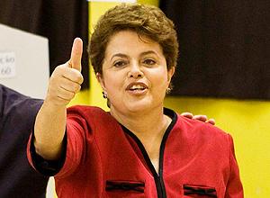 Dilma acena após o voto, em Porto Alegre