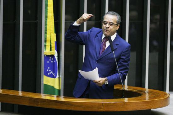 Favorito para comandar a Câmara, deputado Henrique Eduardo Alves, em discurso no plenário
