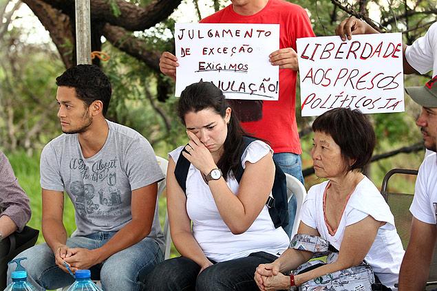 A esposa de Genoino, Rioco, e os filhos Ronan e Miruna são recebidos por petistas em frente ao complexo penitenciário da Papuda