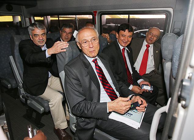 Os senadores Humberto Costa, Jorge Viana, Paulo Paim, Wellington Dias, José Pimentel e Eduardo Suplicy indo vistar presos