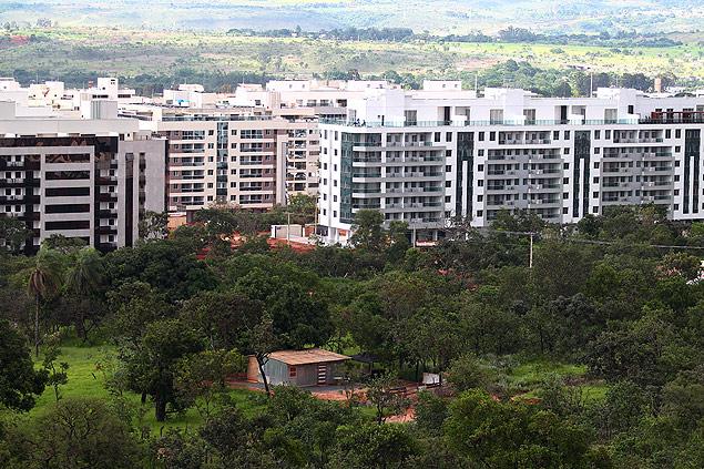 Vista da reserva indígena, cercada por prédios; área equivale a quatro campos de futebol