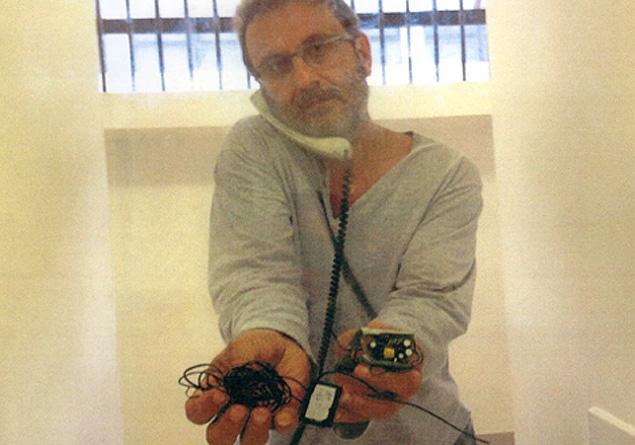 o doleiro Alberto Youssef, com equipamento que ele diz ter encontrado na cela