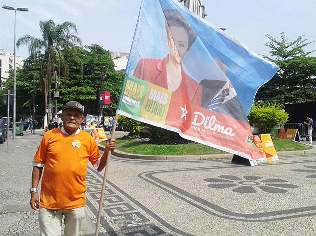 Jackson Bernardo dos Santos, com bandeira da campanha à reeleição de Dilma Rousseff