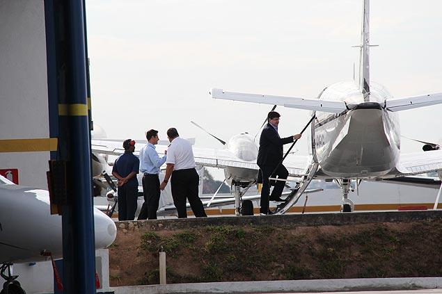 O empresário Bené sobe no avião em direção a Brasília na tarde de terça (7), em foto obtida pela Folha