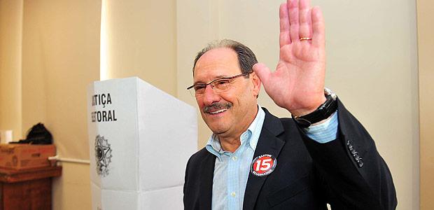 O candidato ao governo do Rio Grande do Sul José Ivo Sartori (PMDB) vota neste domingo (26) em Caxias do Sul (RS)