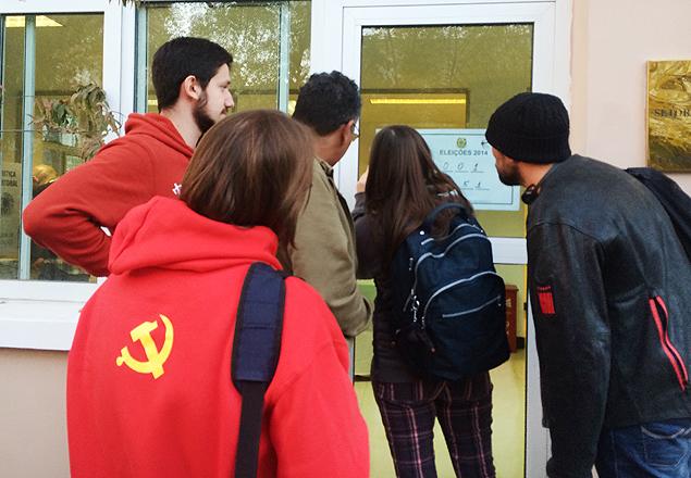 Brasileiros que moram na China conferem resultado da votação