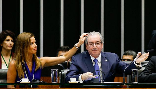 Alvo da Lava Jato, a mulher de Eduardo Cunha, Cláudia Cruz, afaga o marido em evento da Câmara