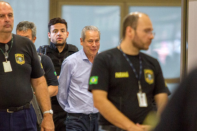 CURITIBA, PR,29.01.2016 - LAVA JATO - O ex-ministro José Dirceu chega a sede da Justiça para participar do depoimento na Justiça Federal do Paraná na tarde desta sexta-feira (29)( Foto: Paulo Lisboa / Brazil Photo Press) *** PARCEIRO FOLHAPRESS - FOTO COM CUSTO EXTRA E CRÉDITOS OBRIGATÓRIOS ***