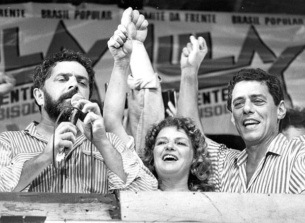 ORG XMIT: 091001_0.tif RIO DE JANEIRO, RJ, BRASIL, 10-11-1989: Eleição Presidencial no Brasil, 1989: o deputado federal e candidato à presidência pelo PT, Luiz Inácio Lula da Silva (à esq.), ao lado da mulher Marisa Letícia e do cantor Chico Buarque, no comídio da Candelária. (Foto: Júlio César Guimarães/Agência O Globo) *** PROIBIDA A PUBLICAÇÃO SEM AUTORIZAÇÃO EXPRESSA DO DETENTOR DOS DIREITOS AUTORAIS ***