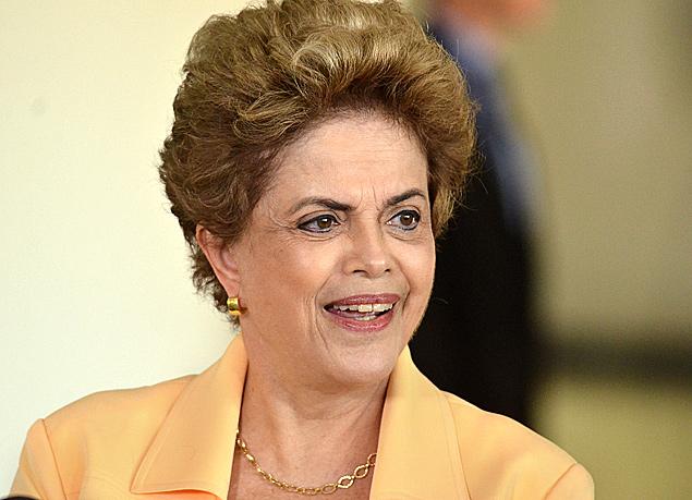 BRASILIA, DF, BRASIL, 05/04/2016, A presidente Dilma Rousseff visita a aeronave KC-390 na Base Aérea de Brasília, nesta terça-feira. A aeronave militar é fabricada pela empresa brasileira Embraer em parceria com a Argentina, Portugal e República Tcheca. (Foto: Renato Costa/Folhapress, PODER)