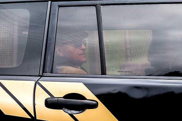 O ex-diretor da Petrobras, Nestor Cerveró em carro da Polícia Federal a caminho de Petrópolis