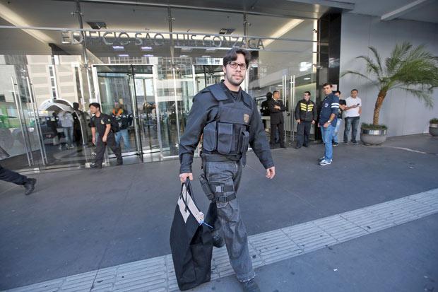 Agente da PF deixa sede do banco Schahin, na av. Paulista, após buscas da 31ª fase da Lava Jato