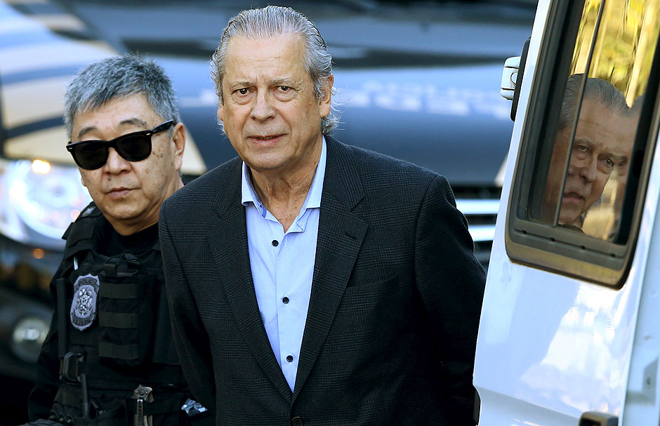 Jose Dirceu (R), former Brazilian President Luiz Inacio Lula da Silva's chief of staff, is escorted by federal police officer Newton Ishii as he leaves the Federal Police headquarters to give his testimony in a session of the Parliamentary Committee of Inquiry in Curitiba, Brazil, August 31, 2015. REUTERS/Rodolfo Buhrer/File photo ORG XMIT: BRA103
