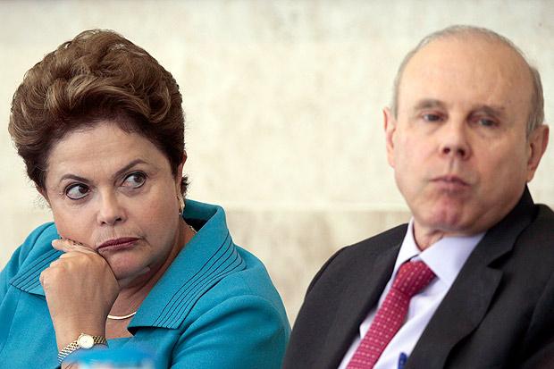 Dilma ao lado do ex-ministro Guido Mantega; contas da gestão da petista foram rejeitadas