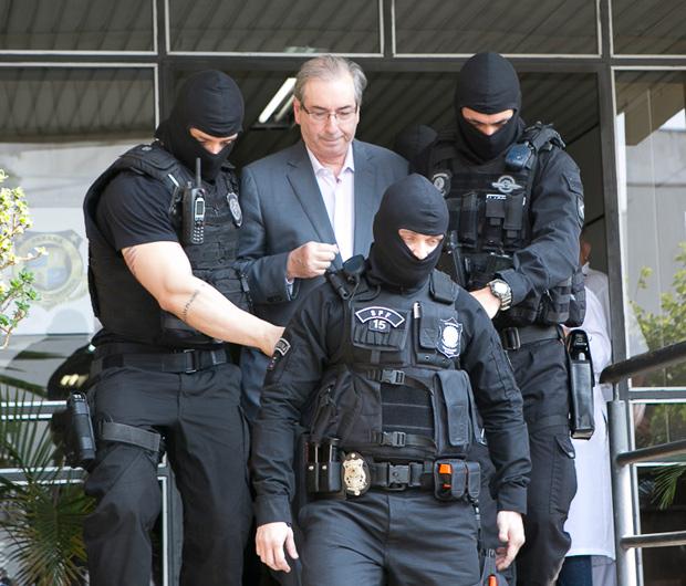 Ex-deputado Eduardo Cunha (PMDB-RJ) acompanhados por agentes da PF