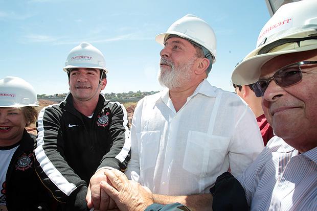 Lula, na obra do Itaquerão, com o ex-presidente do Corinthians Andrés Sanchez e Emílio Odebrecht (dir.)