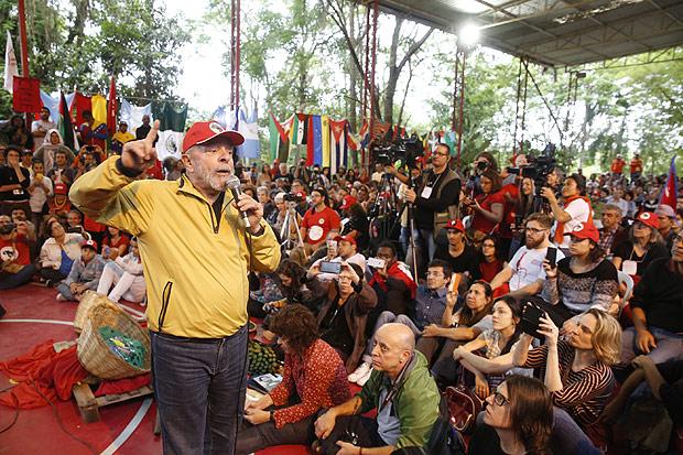 GUARAREMA, SP BRASIL- 05-11-2016 : O ex presidente Luiz Inacio Lula da Silva durante ato em favor do MST na escola do MST Florest Fernandes, em Guararema, interior de Sao Paulo. A polícia de São Paulo fez uma operação na manhã desta sexta-feira (4) na escola nacional Florestan Fernandes, destinada à formação de militantes sem-terra. A escola pertence ao MST. Segundo testemunhas, policiais pularam a janela da recepção e invadiram a escola, que depois foi cercada. Procurada, a Secretaria da Segurança Pública de São Paulo não se manifestou... ( Foto: Joel Silva/ Folhapress ) *** *** ( ***EXCLUSIVO FOLHA***)