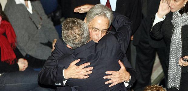Lula abraça FHC durante velório de Ruth Cardoso, em 2008