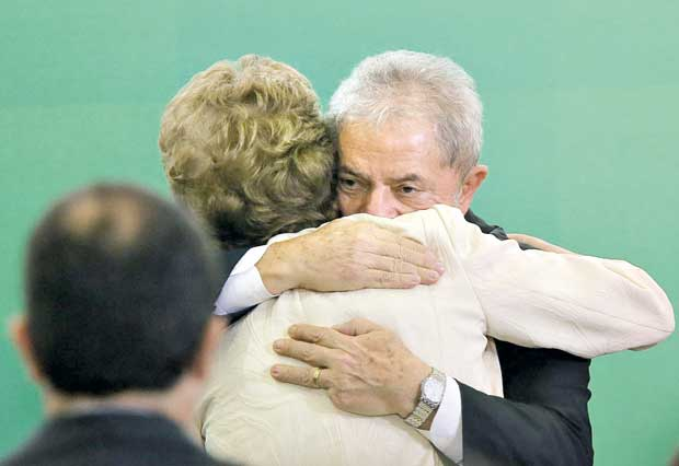 BRASÍLIA, DF, BRASIL, 17.03.2016. A presidente Dilma Rousseff dá posse ao ex-presidente Lula no cargo de ministro-cehfe da Casa Civil durante cerimônia no Palácio do Planalto. (FOTO Alan Marques/ Folhapress) PODER