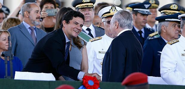 O presidente Michel Temer e o juiz federal Sérgio Moro se cumprimentam durante solenidade comemorativa ao dia do exército