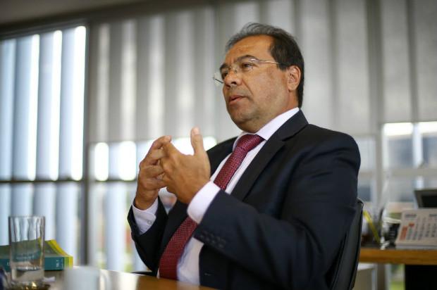 O vice-procurador-geral eleitoral, Nicolao Dino, concede entrevista à Folha em seu gabinete