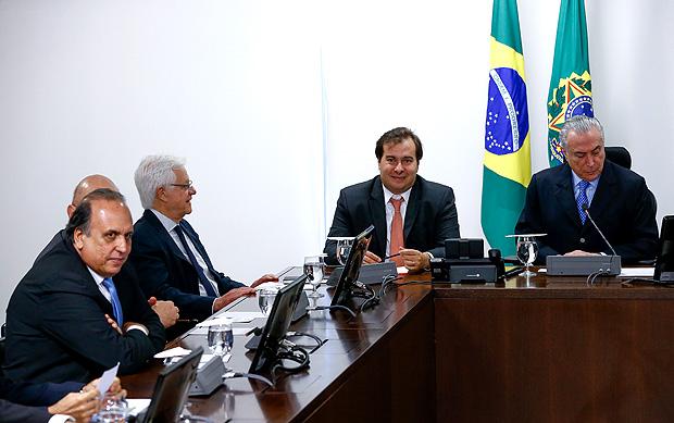 Michel Temer acompanhado do presidente da câmara Rodrigo Maia (DEM-RJ) e do governador Pezão