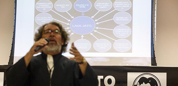 CURITIBA, PR, 11.08.2017: Grupo de advogados e professores participam de um Tribunal Popular para mostrar à sociedade todos os aspectos da Operação Lava Jato. Nos moldes de um júri popular, os debates e sustentação da acusação (feita pelo ex-ministro de Dilma, Eugênio Aragão) e da defesa (feita pelo advogado Kakay). (Foto: Brunno Covello/Folhapress, COTIDIANO) ***EXCLUSIVO FOLHA****