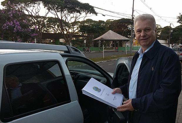 """Deputado Edmar Arruda (PSD-PR) com """"comprovantes de empenho"""" de emendas"""