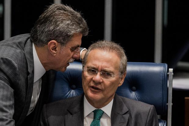 BRASILIA, DF, BRASIL, 11-05-2016: O senador Romero Juca (PMDB-RO) conversa com o presidente do senado Renan Calheiros, durante sessao do impeachment da presidente Dilma Rousseff, no Senado Federal. (Foto: Eduardo Anizelli/Folhapress, PODER