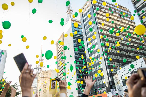 São Paulo, SP, Brasil, 27-08-2017: Balões marcam encerramento do protesto do Vem Pra Rua, na Av. Paulista. (foto: Alberto Rocha/Folhapress)