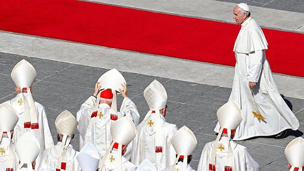 O Papa Francisco dispensou a exigência de milagres para canonização dos 30 novos santos brasileiros