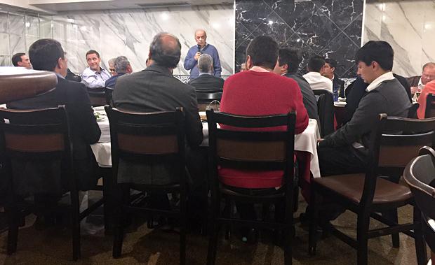 O senador José Serra em jantar com deputados estaduais em uma cantina nos Jardins