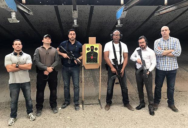 Juiz Marcelo Bretas (terceiro da esquerda para a direita) posta foto segurando fuzil Foto: Divulgação / Twitter) DIREITOS RESERVADOS. NÃO PUBLICAR SEM AUTORIZAÇÃO DO DETENTOR DOS DIREITOS AUTORAIS E DE IMAGEM