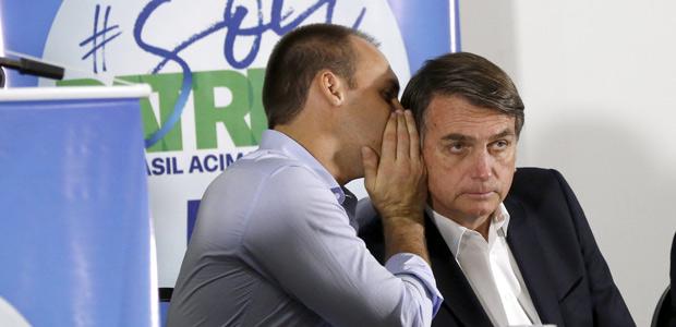 Deputado Jair Bolsonaro (PSC-RJ), à direita, e o filho, deputado Eduardo Bolsonaro