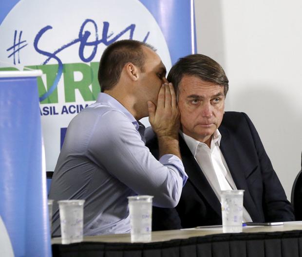 RIBEIRAO PRETO, SP, BRASIL- 17-08-2017 : Da esquerda para direita o deputado Eduardo Bolsonaro, filho de Jair Bolsonaro, ( CENTRO) e Adilson Barroso ( esquerda), presidentro do partido Patriota, durante palestra no centro de eventos em Ribeirao Preto, interior de Sao Paulo. ( Foto: Joel Silva/Folhapress ) ***PODER *** ( ***EXCLUSIVO FOLHA***)