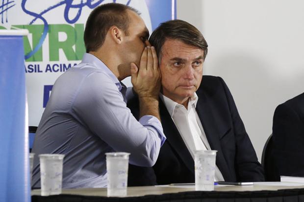 Os deputados Eduardo Bolsonaro e Jair Bolsonaro recebem R$ 6 mil por mês do benefício