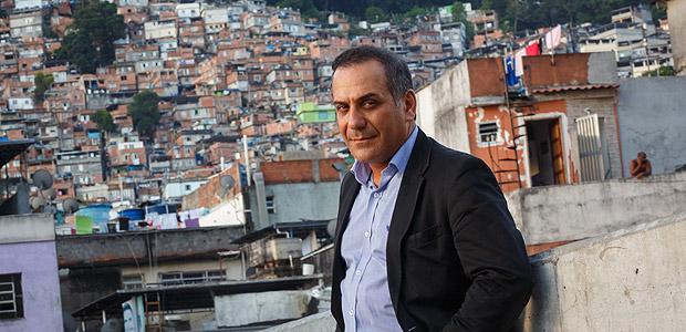 RIO DE JANEIRO, RJ, BRASIL, 19-11-2013, 18h00: Retrato do delegado Orlando Zaccone, na favela da Rocinha, zona Sul do Rio de Janeiro. Responsavel pelo caso Amarildo, foi transferido da Gavea para Ricardo de Albuquerque apos denunciar os PMs envolvidos no caso. Hare krishna, integrante da organizacao pro-descriminalizacao da maconha Leap (Law Enforcement Against Prohibition), esta fazendo doutorado sobre a letalidade do sistema penal, no Departamento de Ciencia Politica da UFF. Dirigiu a extinta Carceragem de Nova Iguacu, onde tocou o projeto â??carceragem cidadaâ?, com apoio de Marcelo Yuka. Sua postura antiviolencia policial o tornou uma especie de idolo dos black blocs. (Foto: Daniel Marenco/Folhapress, COTIDIANO)