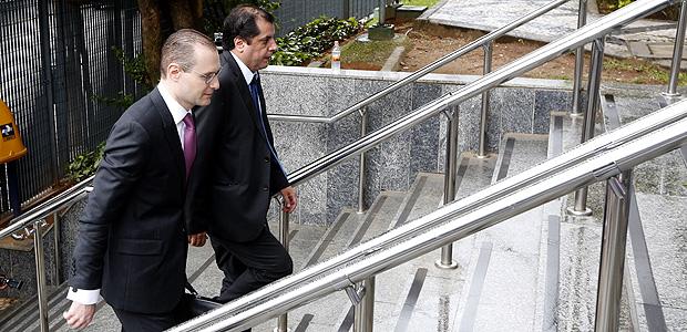SAO PAULO, SP, BRASIL- 26-01-2017 : Cristiano Zanin advogado do ex presidente Luis Inacio Lula da Silva, chega a sede da Policia Federal para entrega do passaporte, na lapa, zona sul de Sao Paulo.. ( Foto: Joel Silva/Folhapress ) ***PODER*** ( ***EXCLUSIVO FOLHA***)