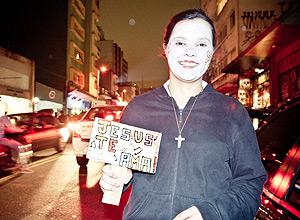 """Jovem religiosa da missão Thalita Kum, que evangeliza pelas calçadas da rua Augusta, atrás de jovens """"pecadores"""""""
