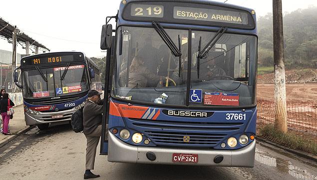 SANTA ISABEL, SP, BRASIL, 29-07-2013: Homem embarca na linha de onibus mais cara de Sao Paulo, o intermunicipal 219 da EMTU, que liga o Metro Armenia com o centro de Santa Isabel, cidade de 50 mil habitantes na regiao metropolitana da capital paulista, em 29 de Julho de 2013. (Foto: Gabo Morales/Trëma/Folhapress, REVISTA) *** EXCLUSIVO REVISTA NAO PUBLICAR SEM AUTORIZACAO ***
