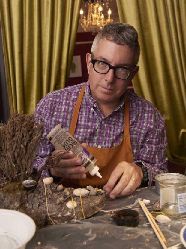 Mark Dion em seu apartamento em Nova York, que também lhe serve como ateliê