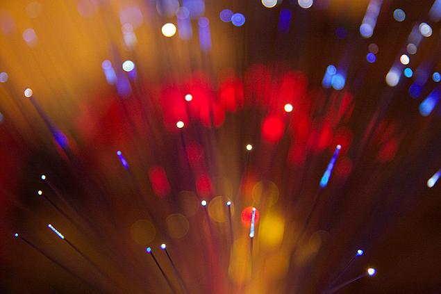 Imagem ilustrativa mostra cabos de fibra ótica