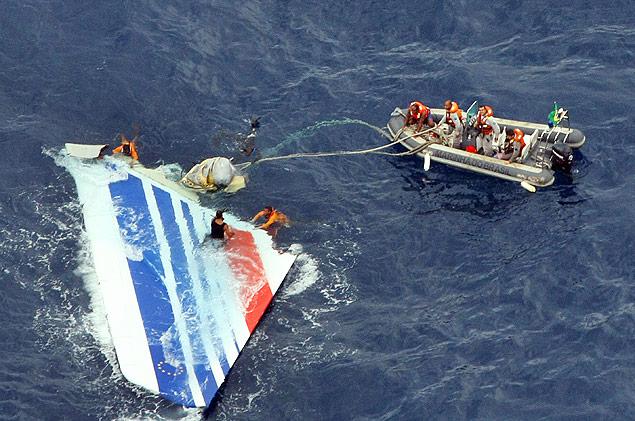 Imagem de destroços do avião da Air France após queda no oceano em 2009; 228 pessoas morreram