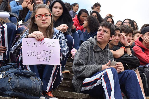 Estudantes mostram cartazes confeccionados durante ocupação (Douglas Khal/Lente Quente)