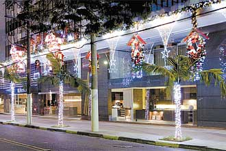 Alameda Gabriel Monteiro da Silva, na zona sul da capital, também preparou sua decoração de fim de ano com diversas luzes