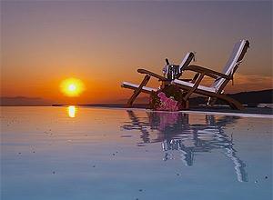 Arredores do hotel Anasrasis Apartments, na vila de Imerovigli, na Grécia, segundo colocado na votação 2011