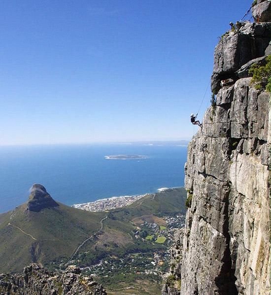 Na Cidade do Cabo, África do Sul, aventureiro desce abismo de 112 metros Abseil Africa, na Table Mountain