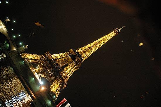 Vista da Torre Eiffel em passeio noturno de barco pelo rio Sena, em Paris; França foi considerada país mais grosseiro