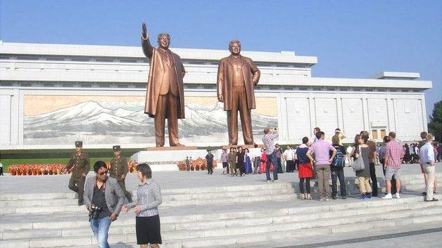 Roteiro de viagem a Coreia do Norte privilegia visitas a parques, fábricas e museus