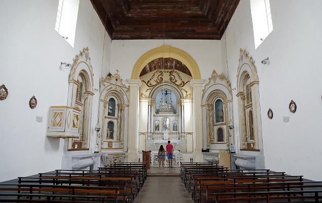 Interior da igreja Nossa Senhora da Pena, também na parte alta da cidade; finalizada em 1773, a construção conta com uma torre em louça trazida de Macau e imagens dos séculos 16 e 17